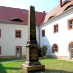 Schloss Altranstädt, Obelisk im Schlosshof