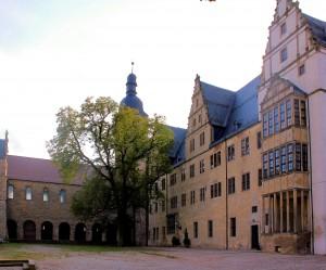 Schloss Leitzkau, Schlosshof mit Basilika