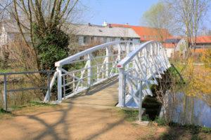 Weiße Brücke im Schlosspark Lützschena