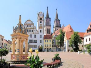 Neumarkt mit Rathaus und Stadtkirche in Oschatz