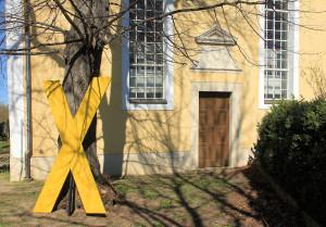 Gelbes Kreuz - Protest an der Pödelwitzer Kirche
