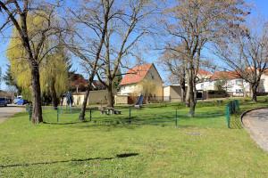 Gepflegte Grünfläche mit Spielplatz in Pödelwitz