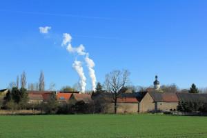 Das Dorf Pödelwitz und das Kraftwerk Lippendorf, dazwischen der Tagbau Vereinigtes Schleenhain