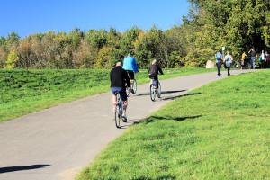 Radfahrer am Cospudener See bei Leipzig