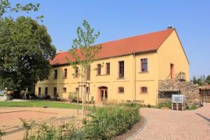 Saniertes Wirtschaftsgebäude des Rittergutes Kössern (Zustand August 2015)