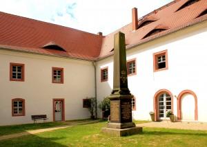 Obelisk im Schlosshof
