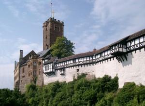 """Die Wartburg bei Eisenach (Quelle: """"Wartburg von Brücke"""" von Lencer at de.wikipedia)"""