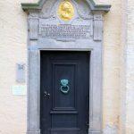 Nordportal der Kirche mit Gedenktafel für König Friedrich II. von Preußen Elsnig