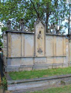 Grabmal mit Marienfigur auf dem Friedhof Jahna