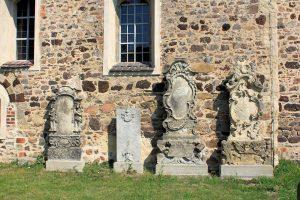 Vier Grabmale an der Kirche in Klitzschen