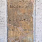Zentrum, Grabplatte Oeser