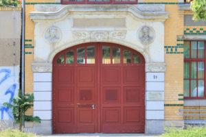 Portal der ehem. Filiale der Fa. Koenig & Bauer Leipzig