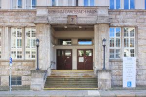 Portal des Ephraim-Carlebach-Hauses in Leipzig