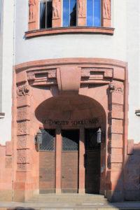Portal des Geschwister-Scholl-Hauses in Leipzig