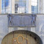 Haustafel und das Bildnismedaillon am Zeppelinhaus Leipzig