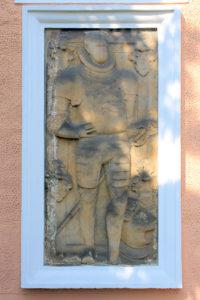 Grabplatte für einen Unbekannten in Rüstung in Otzdorf
