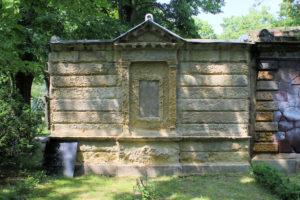 Grabmal der Familie Louis und Albin Löbe auf dem Friedhof in Plagwitz