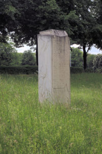 Gedenkstein vor dem Völkerschlachtdenkmal in Probstheida