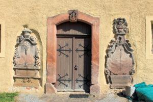 Zwei Grabmale an der Kirche Schenkenberg