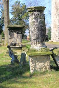 Zwei Grabmale auf dem Friedhof Thekla