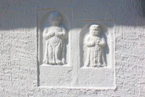 Zwei Kindergrabsteine an der Kirche Weidenhain