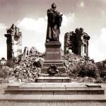 Lutherdenkmal mit Ruine der Frauenkirche, 1980er Jahre