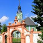 Elbisbach, Ev. Pfarrkirche und Friedhofstor