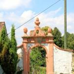 Elbisbach, Ev. Pfarrkirche und Friedhofspforte