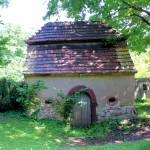 Elbisbach, Ev. Pfarrkirche, Torhaus zum Friedhof