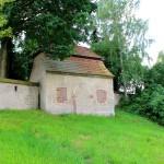 Elbisbach, Ev. Pfarrkirche, Torhaus und Wehrmauer