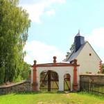 Hopfgarten, Ev. Pfarrkirche und Friedhofstor