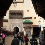 In der Altstadt von Fes vor der Moschee