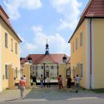 Die Exkursionsteilnehmer vor dem Schloss Hohenprießnitz