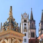 Brunnen, Rathausturm und Türme der Stadtkirche