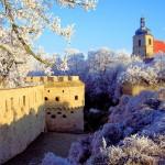 Burg Querfurt, Burggraben und Stdatkirche im Winter