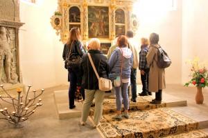 Die Exkursionsteilnehmer vor dem Altar der Marienkirche