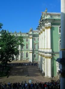 Hof des Winterpalastes mit Besucherschlangen