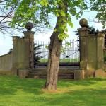Tor im Park des Rittergutes Wachau