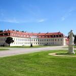 Jagdschloss Hubertusburg, Ehrenhof und Bedienstetengebäude, Nordseite