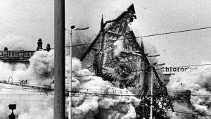 30. Mai 1968, 09.58 Uhr - der Giebel fällt