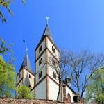 Die Türme der Nicolaikirche hinter der Stadtmauer