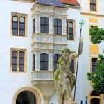 Schloss Hartenfels, Brunnen und Erker am Kapellenflügel