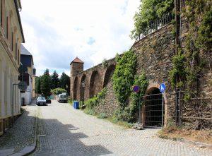 Stadtbefestigung Marienberg, Stadtmauer mit Trafohäuschen neben dem Zschopauer Tor
